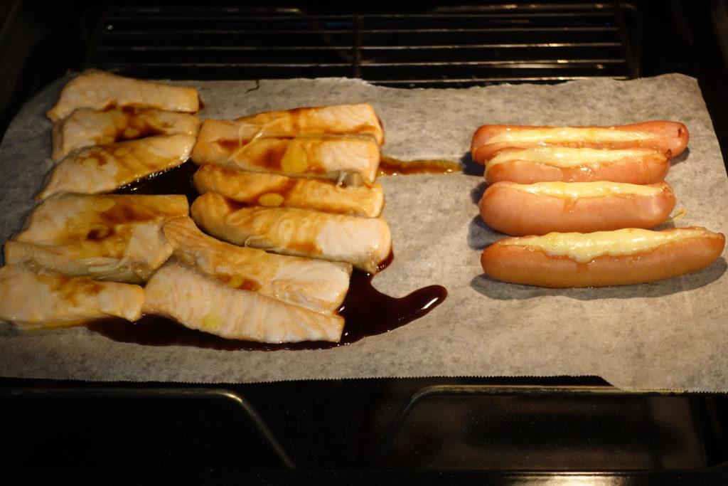 お弁当は塩サーモンのご飯、鶏胸肉のオイスター炒め、チーズソーセージを作りました。