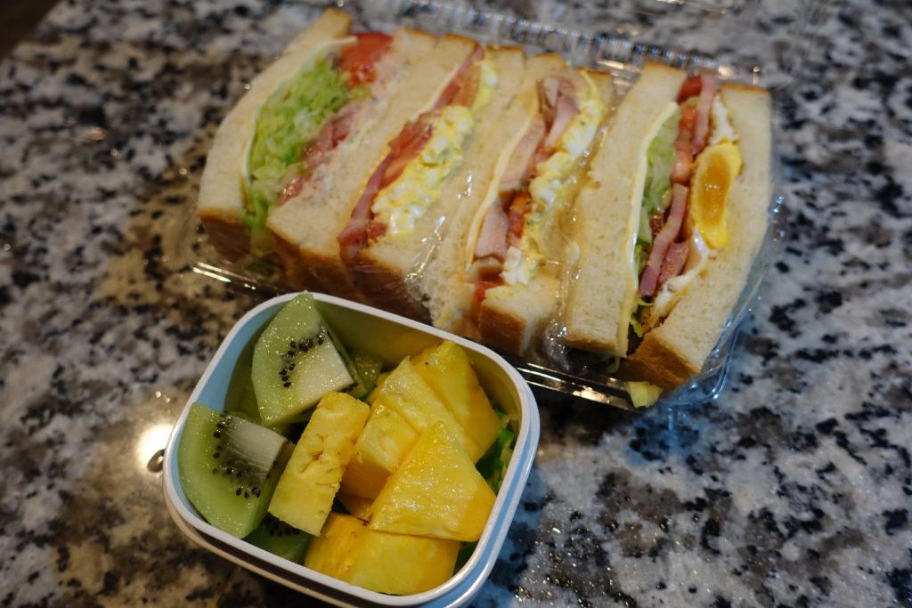 今日のお弁当は水曜日恒例のサンドイッチです。