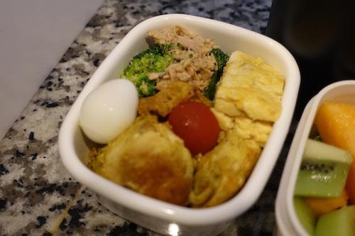 今日のお弁当は、鶏胸肉のカレーチーズピカタとブロッコリーのマヨポンにしました。