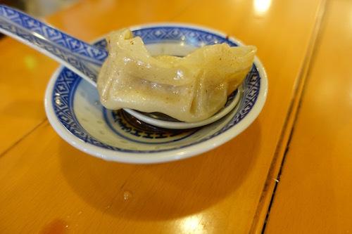 揚州商人で肉汁たっぷりの汁汁餃子をいただきました。