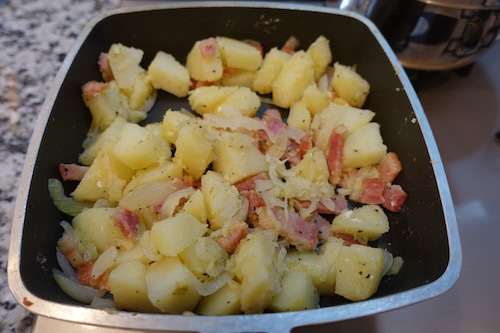 夕飯はジャガイモのグラタンです。